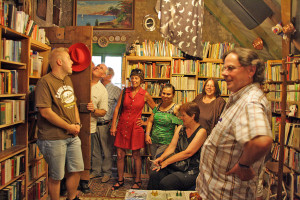 Mitglieder der Kreisfraktion Bündnis 90/Die Grünen besuchten die Wohnungslosenhilfe der Diakonie Groß-Gerau/Rüsselsheim. Neben einer Fahrradwerkstatt gibt es auch eine Bibliothek, die mit Hilfe von Bücherspenden entstanden ist.