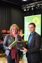 Dennis Grieser überreicht Tabea Rößner ihr Gastgeschenk.